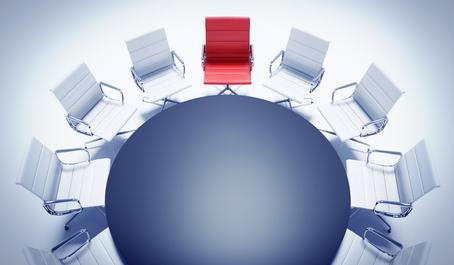 Roter Sessel am Besprechungstisch